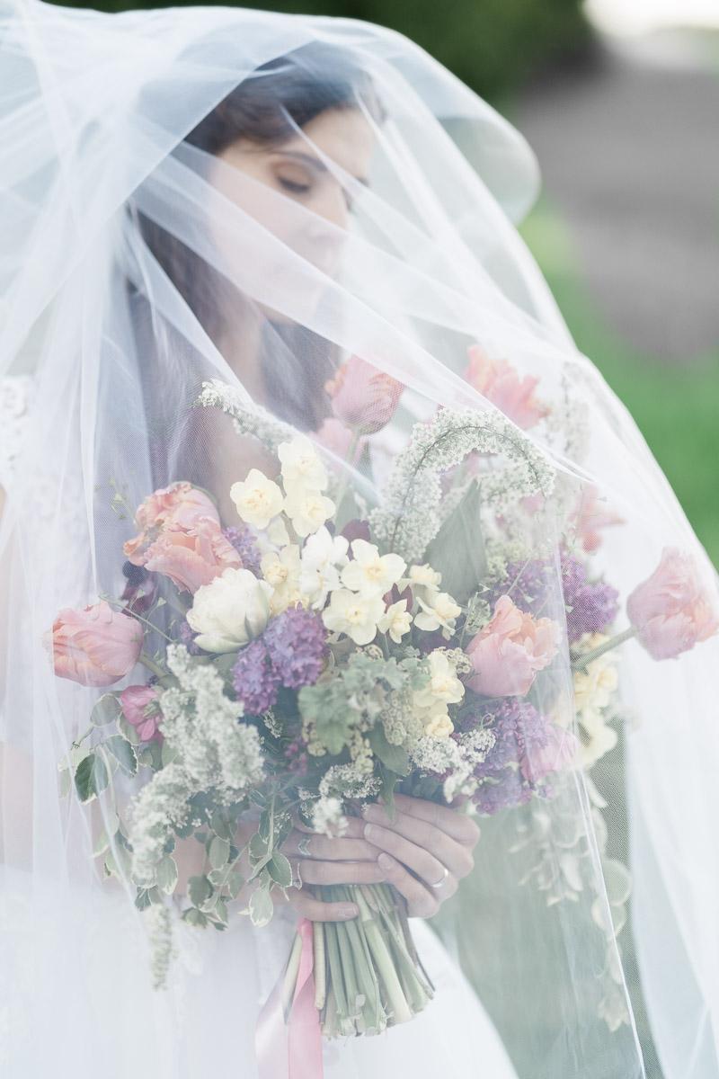 nevesta zo svadobnym zavojom a kyticou