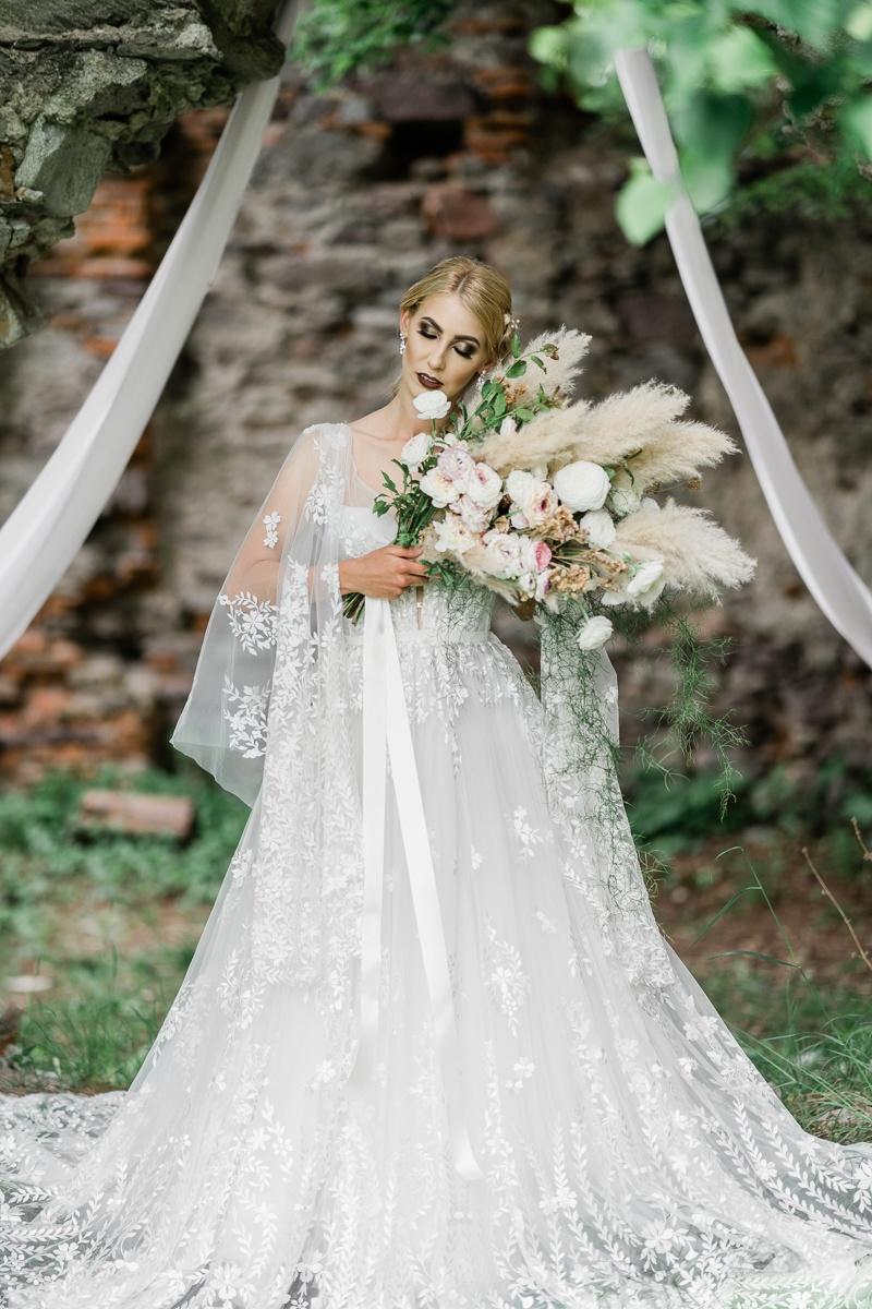 svadobne šaty zo svadobneho salonu lamour editorioal na vrchhore