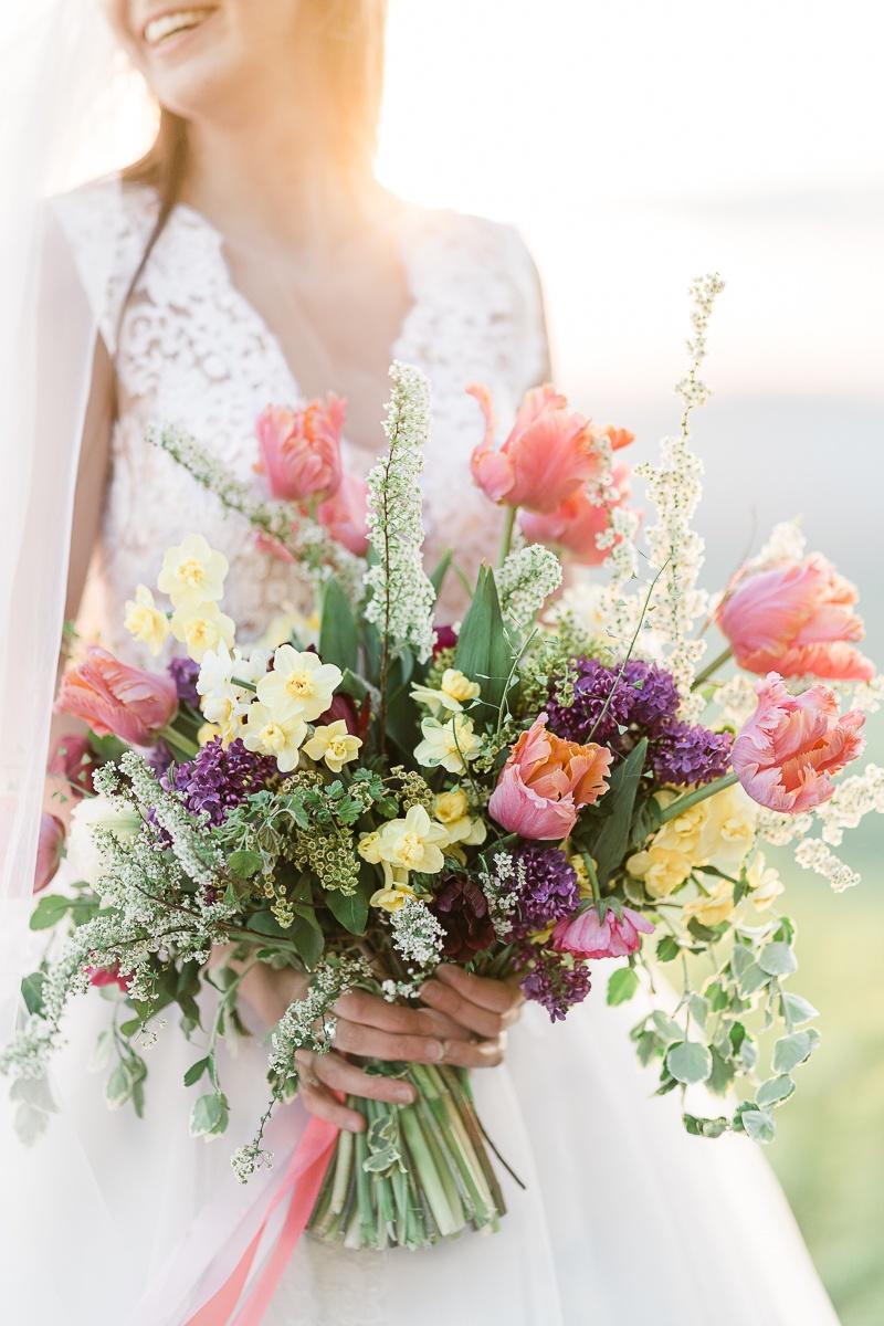 protisvetlo a krasny usmev nevesty ktora drzi svadobnu kyticu od kvetinova farma v navojovcviach
