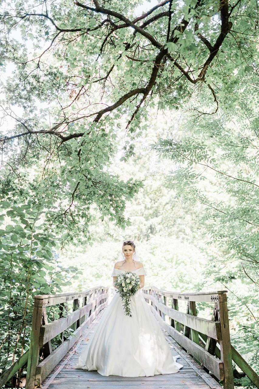 nevesta na drevenom moste krasne miesto na fotenie